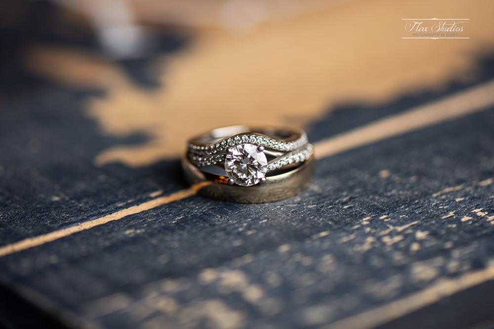 macro wedding photos of the rings