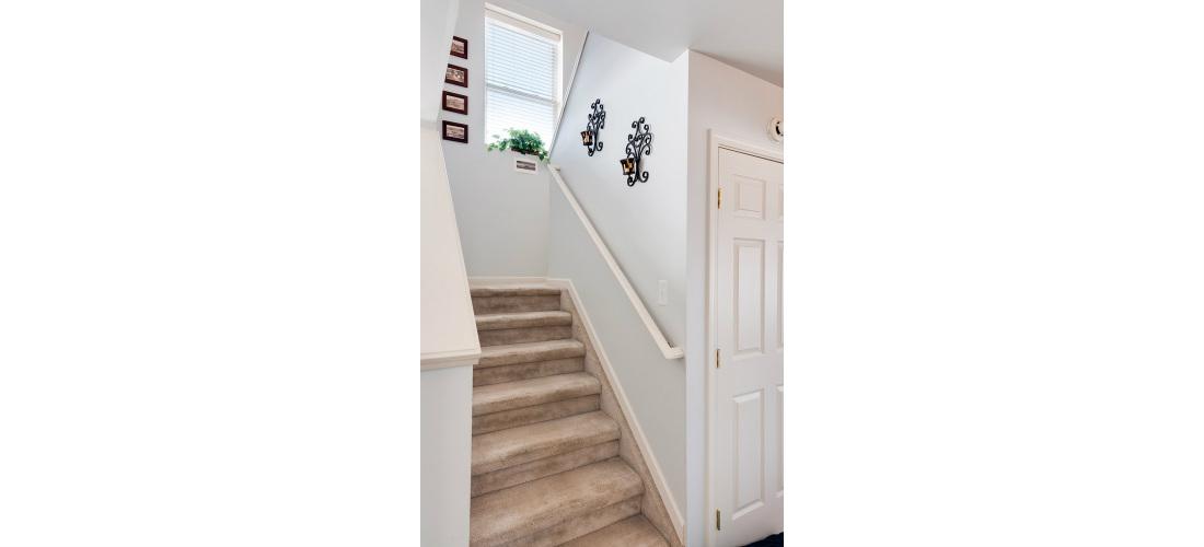 real-estate-residential-ypsilanti-hallway-stairs-cjsouth-06.jpg