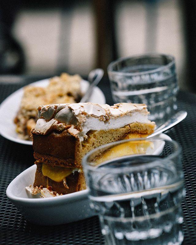 Een echt overheerlijke merengue taart bij @Babocafe in Arnhem. . . . . . . . . . . #koffiepauze #coffeeonthetable #coffeetized #koffeecollective #coffeemoments #spcafephoto #koffiebonen #koffietijd #ig_coffee #coffeexample #coffeephotography #koffiedrinken #coffeecups #coffeeandcookies #todaymycoffee #coffeislove #coffees #flatwhites  #blessmycoffee #dailycoffee #coffeeig #instacoffe #coffee_time #thingsaboutcoffee #caffinefix #coffeeandcookies #cafestyle #cafehop #cafeteller #cafephotography via @preview.app