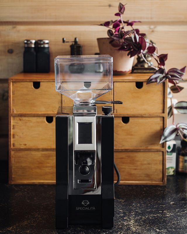 🔸Super blij met (eindelijk) een goede bonen maler. Natuurlijk hou ik mijn handmolentje nog, met name voor de cafétiere en voor op vakantie. Is 't niet een juweeltje? ⠀⠀⠀⠀⠀⠀⠀⠀⠀ •••••••••••••••••••••••••• 🔸Super happy with our new coffee grinder. Isn 't she beautiful?⠀⠀⠀⠀⠀⠀⠀⠀⠀ .⠀⠀⠀⠀⠀⠀⠀⠀⠀ .⠀⠀⠀⠀⠀⠀⠀⠀⠀ .⠀⠀⠀⠀⠀⠀⠀⠀⠀ .⠀⠀⠀⠀⠀⠀⠀⠀⠀ . ⠀⠀⠀⠀⠀⠀⠀⠀⠀ .⠀⠀⠀⠀⠀⠀⠀⠀⠀ .⠀⠀⠀⠀⠀⠀⠀⠀⠀ .⠀⠀⠀⠀⠀⠀⠀⠀⠀ #spcafephoto #coffeeinsta #coffeeworld #coffeexample #coffeephotography #coffeeeee #koffiedrinken #coffeecups #todaymycoffee #coffeislove #coffees #eurekagrinder #dailycoffee #coffeee #coffeeig #instacoffe #coffee_time #coffeegrinder #thingsaboutcoffee #getcoffeebehappy  #koffiebonen #koffietijd #koffiepauze #coffeeathome #coffeegrinders #coffeetized #koffeecollective #coffeemoments