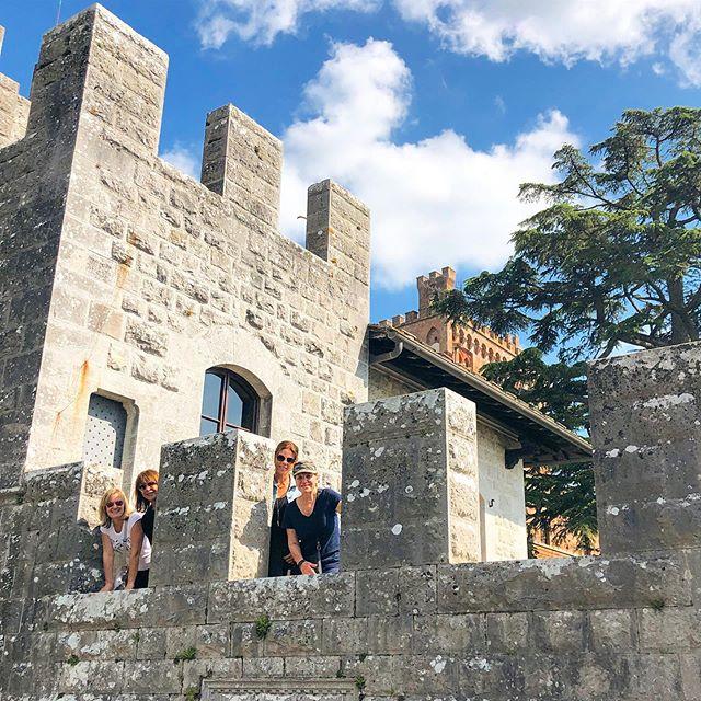 Le cugine al castello. A beautiful sunny day for 'the cousins' to explore the castle.  #yourtripyourway #weplanyouvacay #hasslefreetuscany #customtoursintuscany #conciergetour #yourbellavita #lifeintuscany #joinus #bandb #tuscanyhotel #tuscanytour