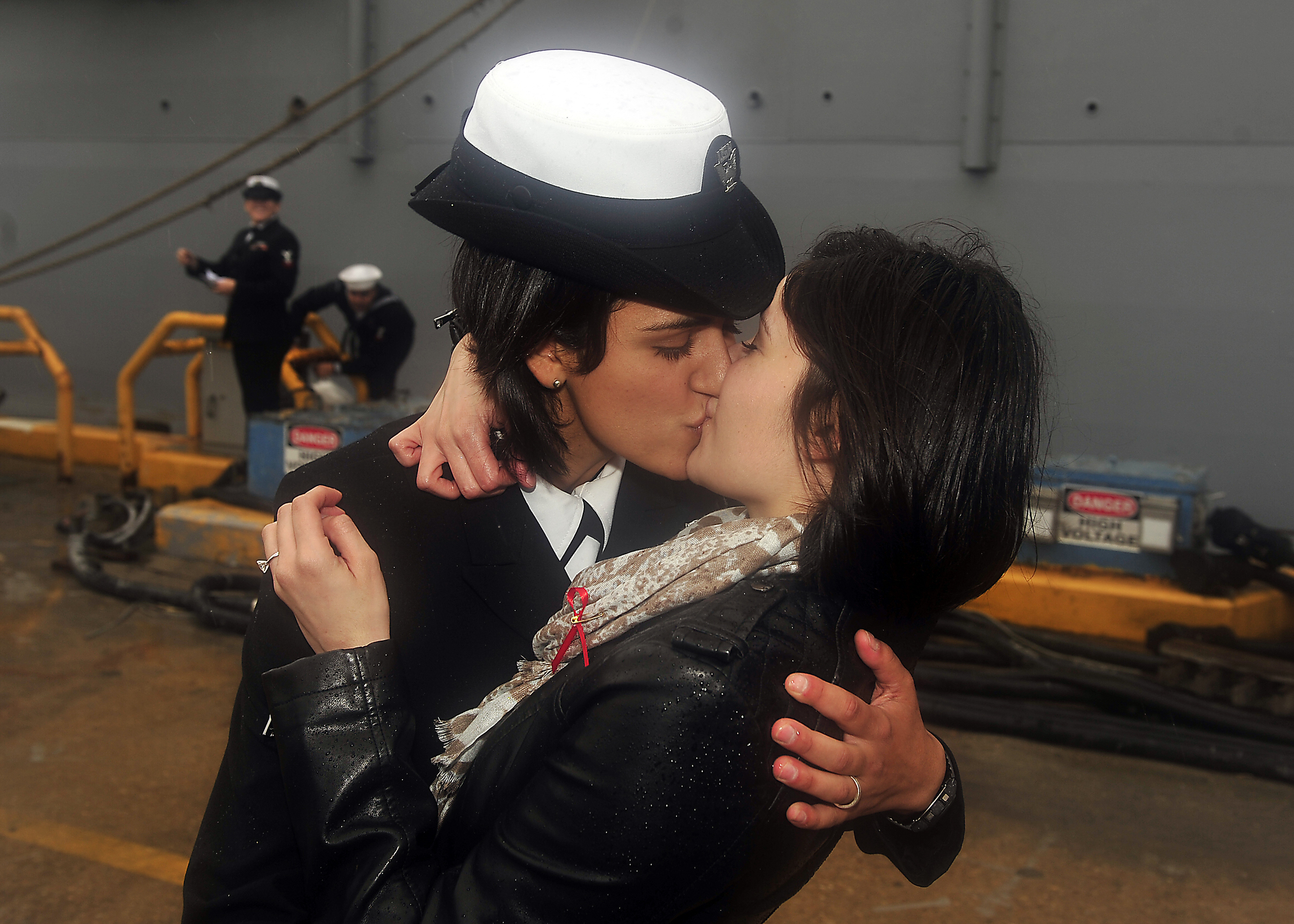 USS_Oak_Hill_(LSD_51)_First_Kiss_111221-N-JP983-008.jpg