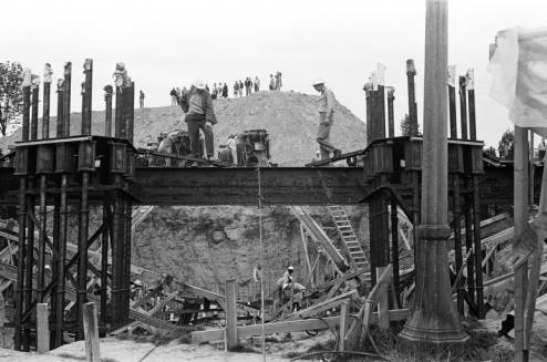 Workers_atop_Space_Needle_foundation_May_1961.jpg