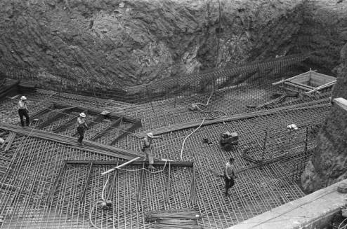 Workers_constructing_steel_framework_for_Space_Needle_foundation_May_1961.jpg