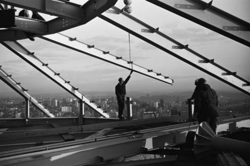 Workers_install_Space_Needle_roof_beam_ca_December_5_1961.jpg
