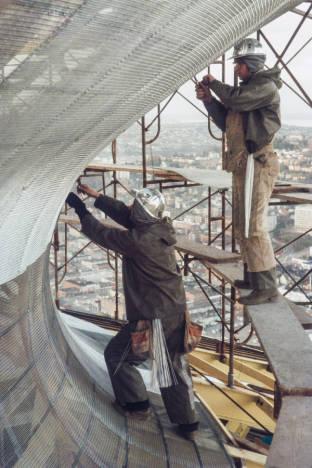 Workers_installing_screening_on_Space_Needle_roof_ca_December_28_1961.jpg