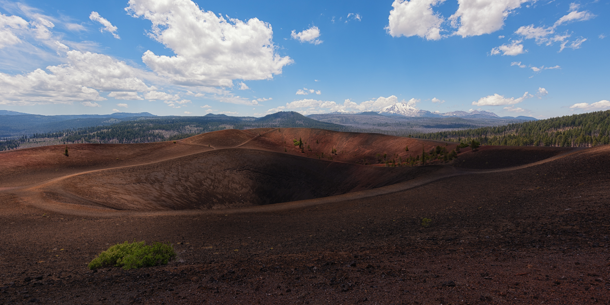 The crater of Cinder Cone looking in western direction towards Lassen Peak, who gave its name to the National Park in Northern Californa.