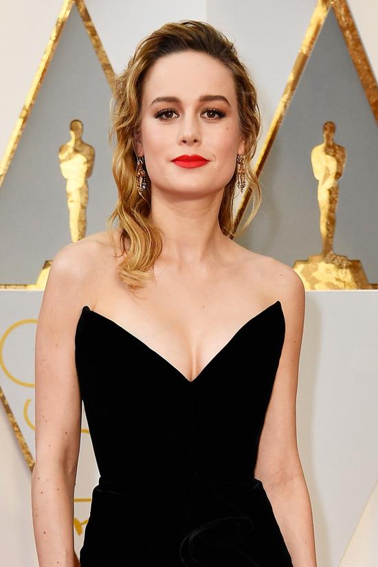 Brie-Larson-Oscars-2017-Red-Carpet-Fashion-Oscar-de-la-Renta-Tom-Lorenzo-Site-6.jpg