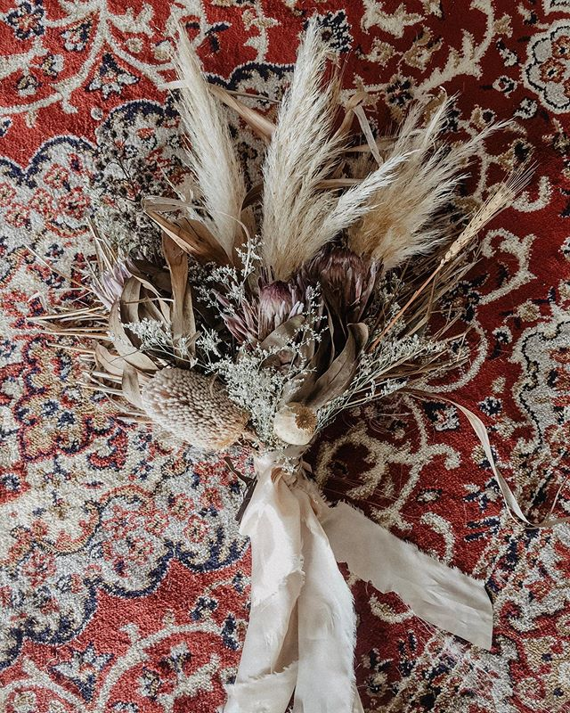 Dried goodness for a Boho photoshoot 🌾🍂 ft my new vintage inspired rug! It's ready + waiting to take your Bohemian I do's up a notch💃🏼 #driedbouquet #pampasgrass #styledshoot