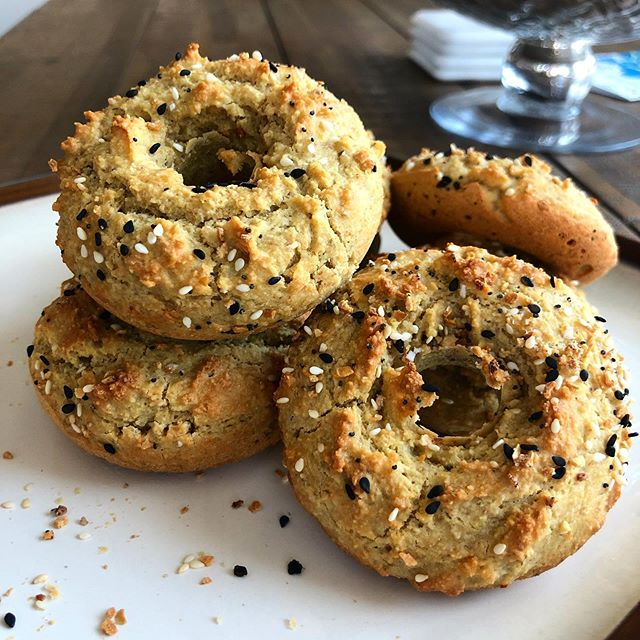 ⚡️PALEO BAGELS⚡️ If I'm being honest, bread and I have never had a good relationship. Maybe it's because I'm gluten free and all the one's at the store either taste horrible or way to expensive, but it's never been a great mix. Regardless, @rachlmansfield posted this recipe the other day and I'm actually obsessed. Plus, it took me less than 10 min to even put together. So next time brunch comes around, try these out and feel 100% afterwards! — INGREDIENTS ⚡️1 box of @simplemills Pizza Mix (at most health food stores- I get mine from @thrivemarket!) ⚡️3T apple cider vinegar ⚡️1/3 cup room temp water ⚡️2 eggs room temp ⚡️2T avocado oil ⚡️2T coconut flour — DIRECTIONS ⚡️preheat oven to 400 degrees and grease donut pan well ⚡️whisk all wet ingredients in large bowl ⚡️add in pizza mix, stir, then coconut flour ⚡️add dough to donut mold and add seasoning (I used TJ's Everything but the Bagel- DUH) ⚡️bake for 15 min — Tag your brunch buddies below for your next get-together!