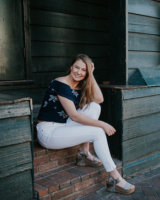 **2020 SLSENIORS AMBASSADOR POST** I apologize for the flooding of posts- I'm just so excited for all of you to meet the new team! Here's Isabel- and you can swipe to see a video and also go to the story to see more pics of her (and the rest of the team). Message me for info on booking and/or ask Isabel about her experience with me getting these photos done 💕