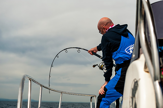 And then you've got the hanging on for dear life grip as a serious fish (bluefin tuna) sees the boat and crash-dives - a combination of back-saving grip together with braced legs that alleviates a bit of the glorious pain! Vive la France.............