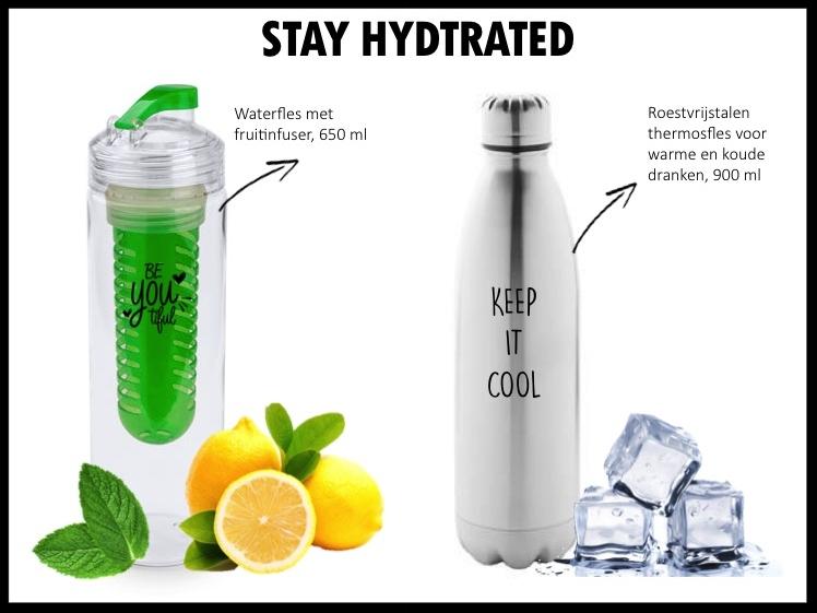 Tritan drinkfles met transparant gekleurde fruit infuser en bijpassende dop. Inhoud 650 ml. De fles kan bedrukt worden met een logo of tekst in 1 kleur. Prijs per stuk bij 500 stuks €4,00 exclusief BTW.  Roestvrijstalen, thermosfles van 900 ml met glanzende afwerking en veiligheidsstop. De fles kan bedrukt worden met een logo of tekst in 1 kleur. Prijs per stuk bij 500 stuks €8,25 exclusief BTW.