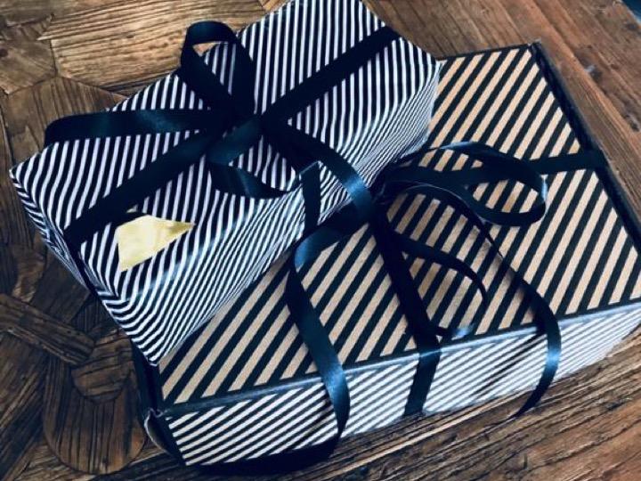 UNIEKE EN IMPACTVOLLE RELATIEGESCHENKEN - Ben jij op zoek naar een origineel en persoonlijk relatiegeschenk waar jij impact mee maakt? Voor ieder budget kunnen wij hippe, trendy, originele en stijlvolle cadeaus creëren. Ben je op zoek naar een traditioneel geschenk of zoek je een origineel, modern cadeau voor elke wens zoeken wij het juiste geschenk. Geven met impact was nog nooit zo makkelijk!Hieronder staan een aantal concepten ter inspiratie. Wil je ook dat we met jou meedenken? Neem dan contact met ons op.