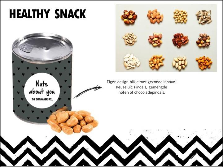 Verwen je medewerkers met een gezonde snack. Keuze uit verschillende smaken, zoals: chocolade pinda's (65 gr), cocktailnoten (50 gr) en pinda's (60 gr). Het blikje is in zijn geheel te personaliseren met een eigen design en/of logo.