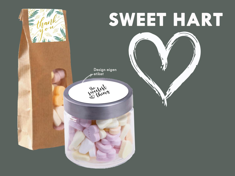 Bedank jouw medewerkers met deze snoeppot of zak gevuld met overheerlijke hartjessnoepjes. Zowel de pot als het zakje kunnen gepersonaliseerd worden met een eigen tekst en/of logo.