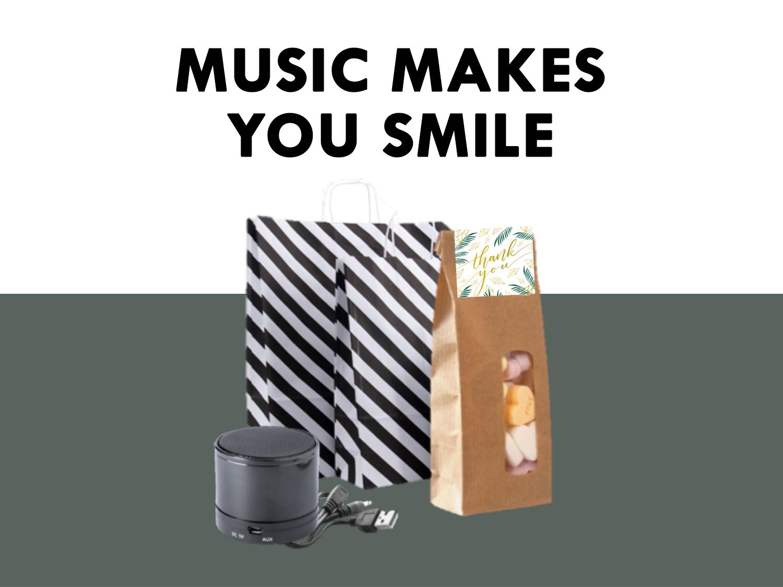 Music makes you smile! Speel je favoriete muziek af met deze mooie bluetooth speaker Inclusief USB-lader en aux-in kabel. Samen met een zakje met hartjessnoepjes is dit een leuk bedankje om te geven aan je medewerkers.