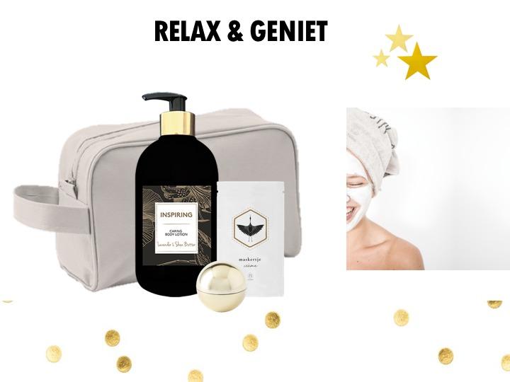 Heerlijk care setje om die lieven handen te verwennen. Een prachtige fles bodylotion (250ML), een klei maskertje van het merk Zusss en een lippenbalsem in een gouden verpakking. Samen verpakt in een toilettasje, cadeautasje of verpakking naar keuze.