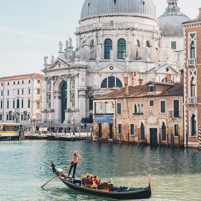 Oh what I would give to be roaming the streets of Venice again. How much are one way tickets? #askingforafriend⠀ .⠀ .⠀ .⠀ #travelphotooftheday #destinationweddingtuscany #italywedding