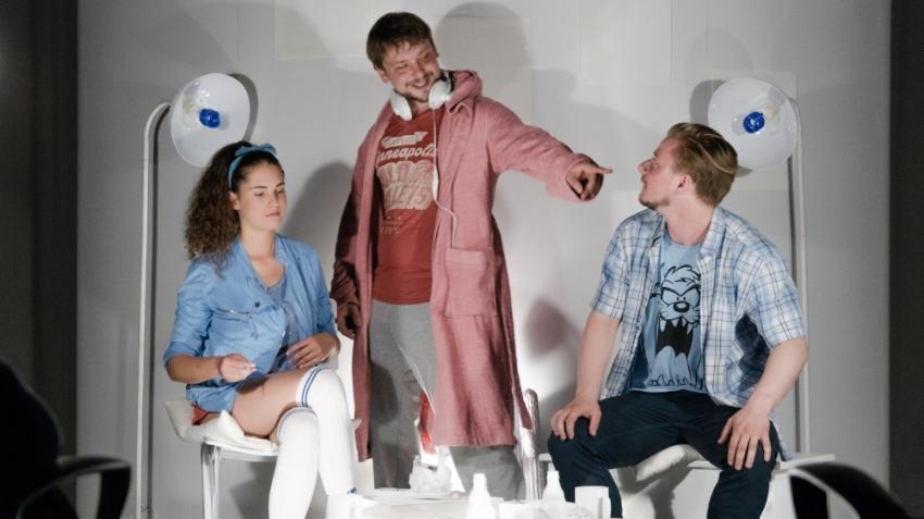 Na sliki: Maja Pinterič (Zoja/Phobos), Nejc Jezernik (Skiner) in Jure Rajšp (Lovro/Deimos)