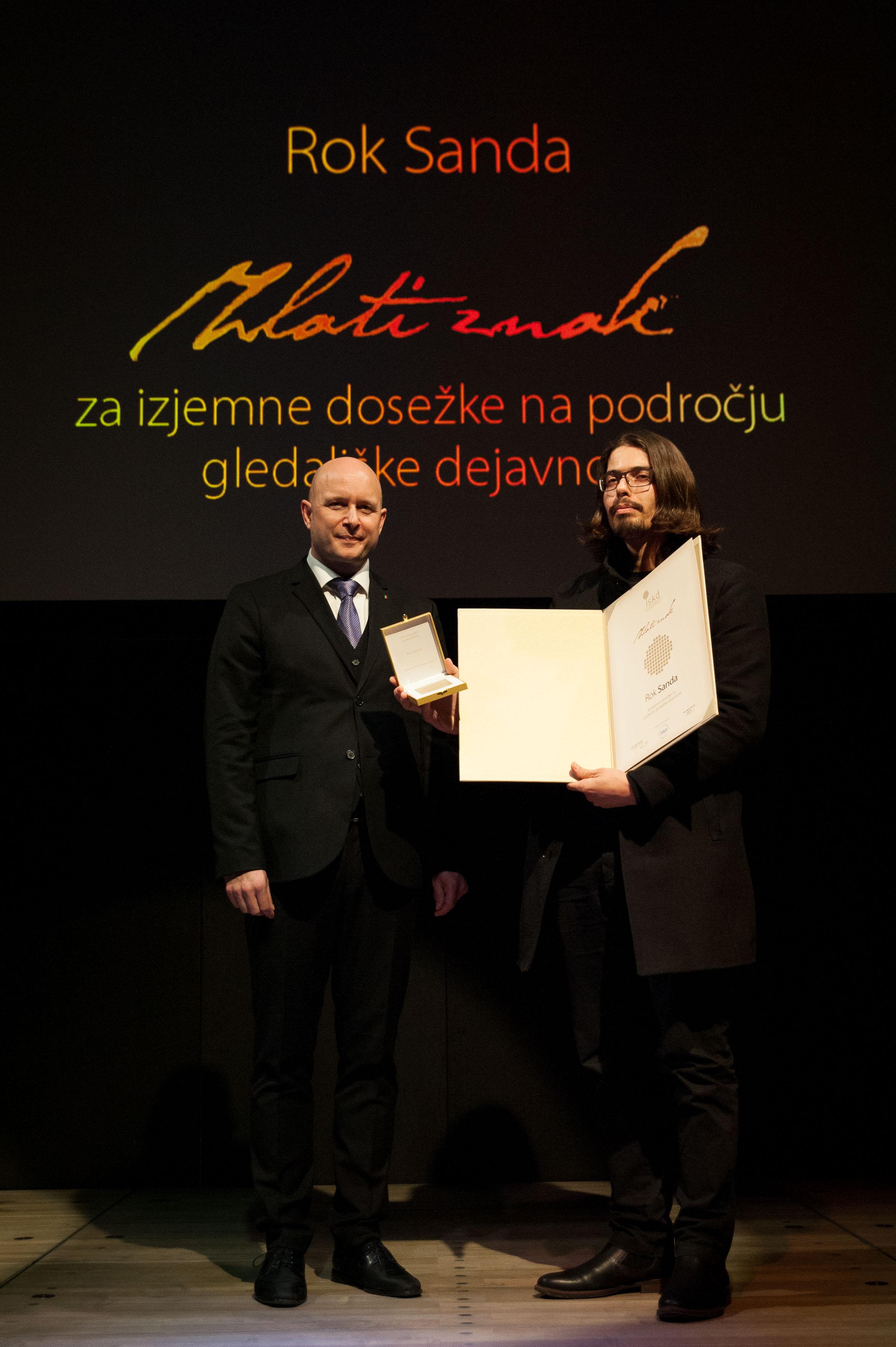 Podelitev zlatega znaka, direktor JSKD mag. Marko Repnik in Rok Sanda (foto: Matej Maček)