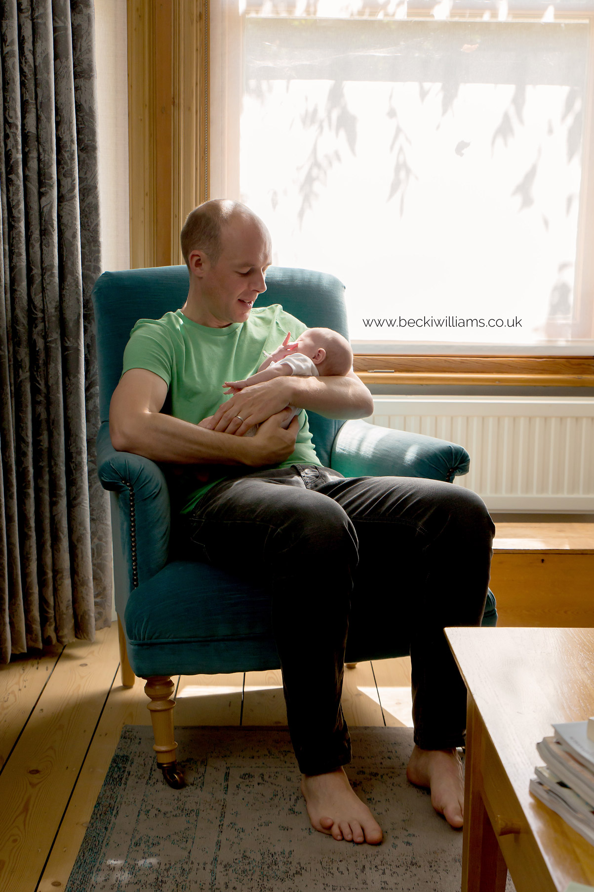 lifestyle-newborn-photography-relaxed-at-home-new-dad.jpg