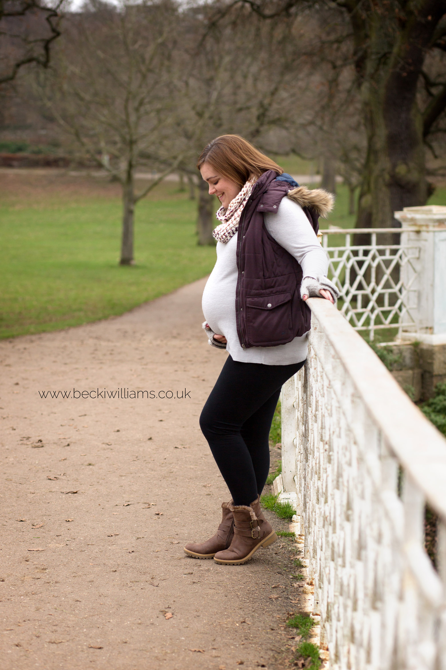 maternity-photo-shoot-hemel-hempstead-gadebridge-park-white-bridge.jpg