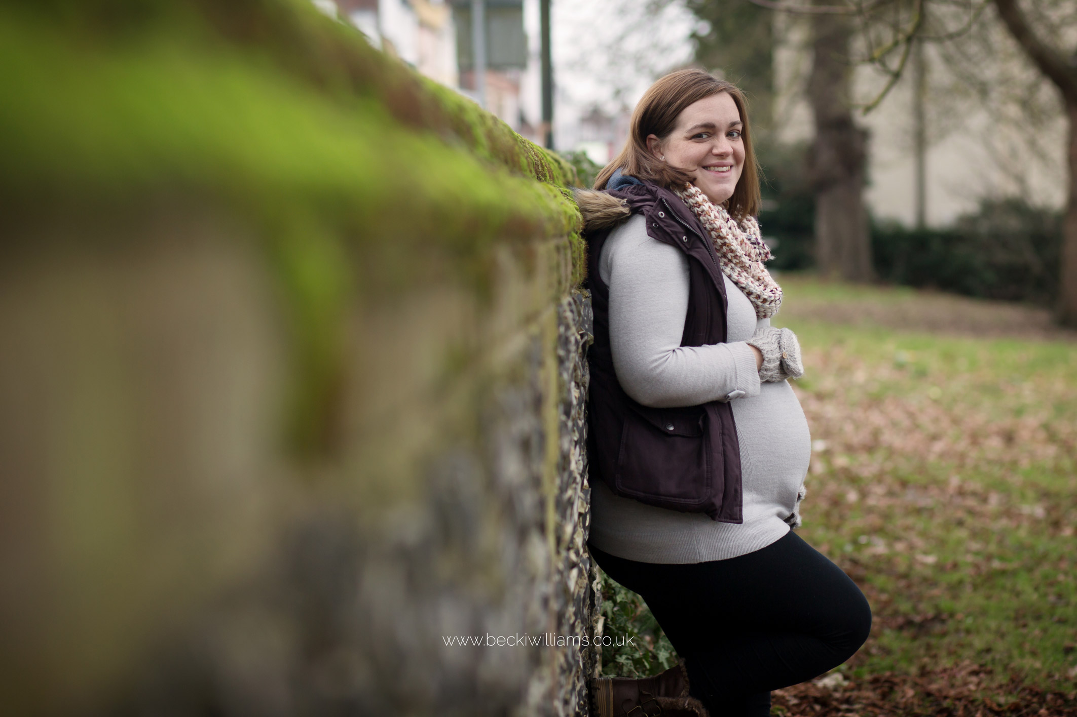 maternity-photo-shoot-hemel-hempstead-gadebridge-park-wall-relaxed.jpg