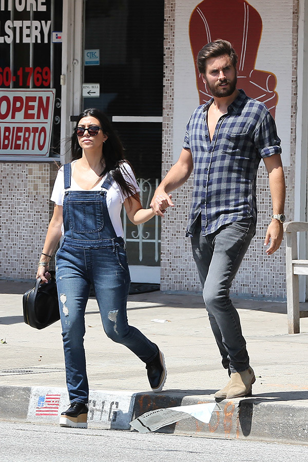 scott-disick-kourtney-kardashian-holding-hands-split-up-ftr.jpg
