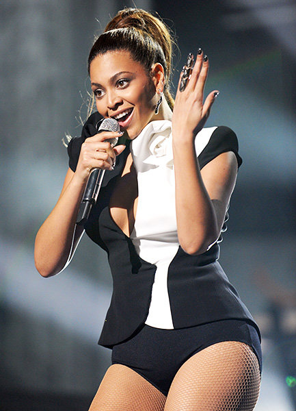 Beyonce in 2008  Beyonce puts a ring on it during the 2008 American Music Awards.