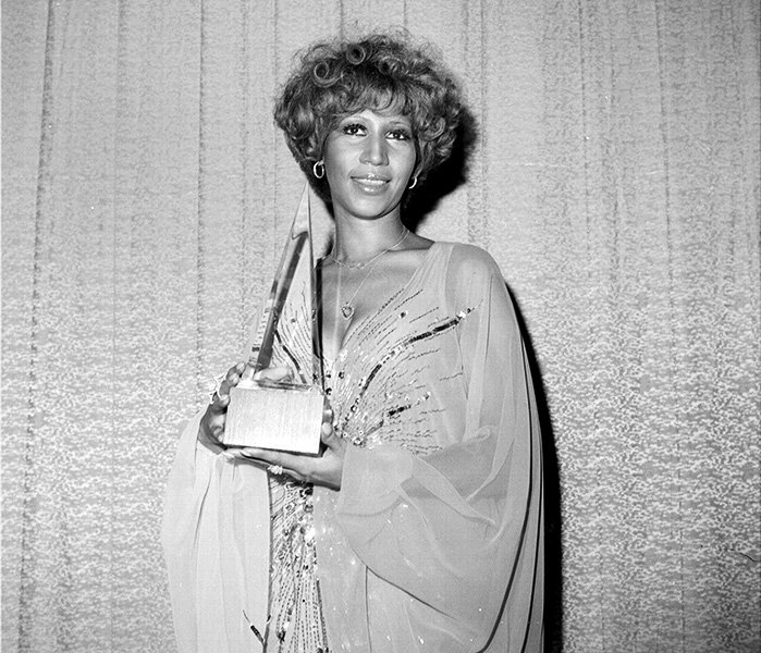 Aretha Franklin in 1977  Aretha Franklin and her 'Favorite Soul/R&B Artist' trophy backstage at the 1977 AMAs