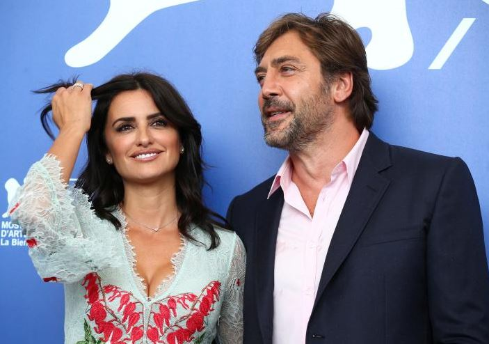 """Actors Penelope Cruz and Javier Bardem pose during a photocall for the movie """"Loving Pablo"""". REUTERS/Alessandro Bianchi"""