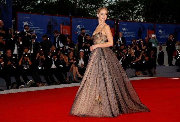 """Actor Jennifer Lawrence poses during a red carpet for the movie """"Mother!"""". REUTERS/Alessandro Bianchi"""