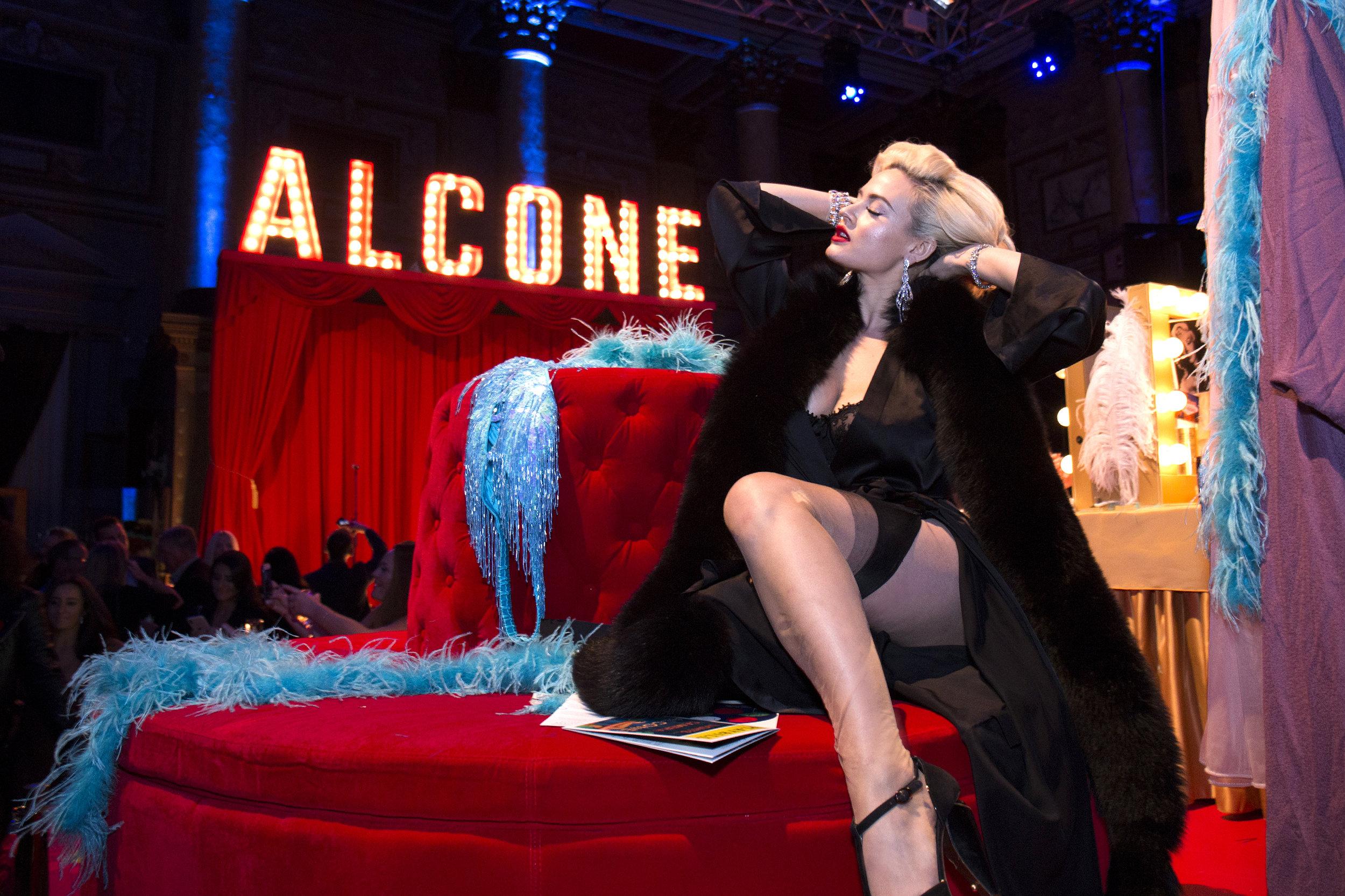 Showgirl Gia Genieve Photo Santiago Felipe.jpg