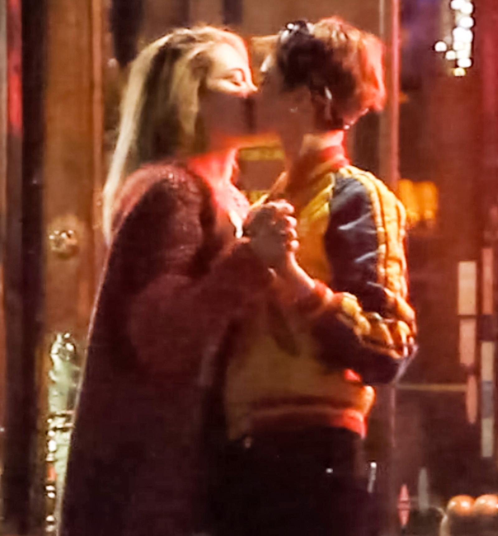 paris-jackson-cara-delevingne-kissing.jpg