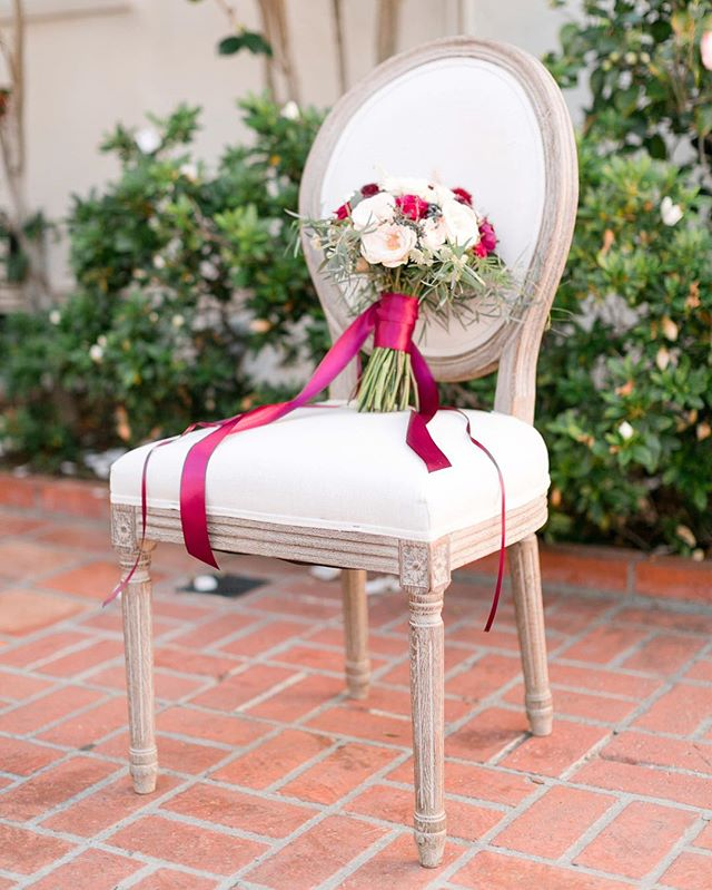 Wedding chairs can make such a big style impact! It's a place where many couples choose to save money, but keep in mind that guests will be getting up close and personal with them, and seeing them en masse at the ceremony and again at the reception can create quite the visual statement. What are yours going to say? 🛋 // Photography: @daybreakanddusk | Planning + Design: @eventscience | Venue: @darlington_house | Flowers: @confettiandbloom | Furniture + Decor Rentals: @tbdsandiego | Chair Rentals: @thechiavariguys | Tabletop Rentals: @borrowedblu | Table Runners: @partycrushstudio | Paper Goods: @paperplum
