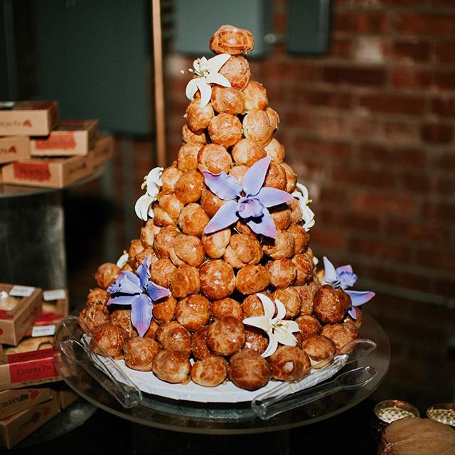 Guyssss talk to us about sweets. What are or were your must-haves for your wedding dessert spread? I grew up with a passion for all things French, thanks to my mom relentlessly trying to teach us the language from a young age. Sadly the linguistics have yet to stick, but my love of cheese and cream puffs remain; so, I always knew I needed a croquembouche at my wedding (and we actually sliced into cheese in place of a traditional cake, so I got both!). What tasty treats does your heart yearn for? -Jessica 🍰🍩💘 // photo: @britneymoorephoto | planning + design: @eventscience | croquembouche: @frenchgourmet