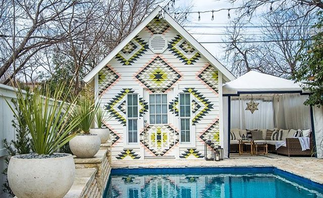 Have y'all binged through StayHere on Netflix? With just a couple of days and a small budget, this team rocked out some badass vacation rentals... @genevievegorder @nateycakes @uasmitty @dawnmarieheuer @tommyrouse @conorunfiltered @hinudie @pacework @peterlorimer. This backyard in Austin, Texas was one of our favs! 📷: @nolasco_studios