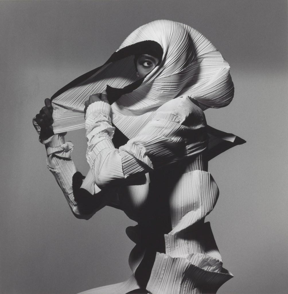 01_Issey Miyake Fashion, Black and White, N.Y.1990.jpg