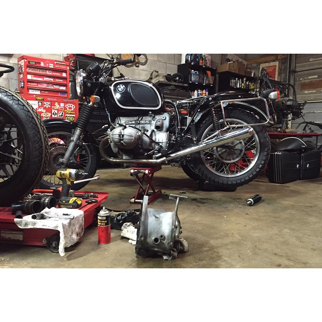 Some nights you just have to work until the job is done. Rebuilt transmission dropped in the hack should be a lot smoother rig now! #bmwmotorrad #r90/6 #sidecar #burningthemidnightoil (at Fort Houston)