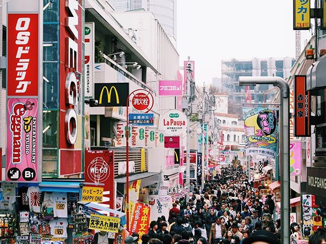 How to avoid the crowds on Takeshita Street in Harajuku? You can't. 🤷🏻‍♀️ But slowing making your way down the street is part of the fun! It gives you more time to take everything in, and trust us - there's a lot! 🤩✨ Check out our Harajuku post for a full list of things to do including must have snacks and where to shop for souvenirs! Link in bio ♥️ #thosewhowandr.com
