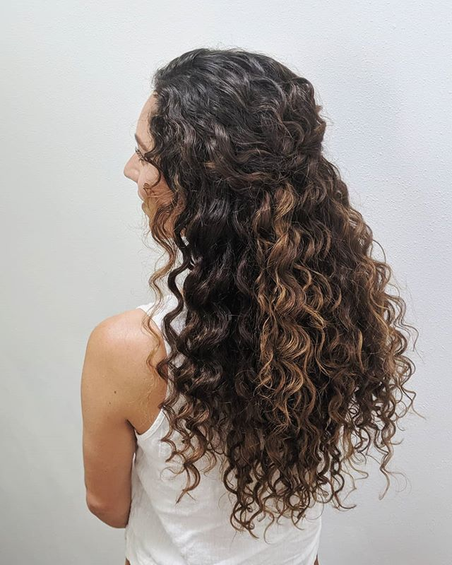 PSA: I absolutely LOVE working with natural textures and will never talk someone with wavy/curly hair into straightening it — Unless that's what they want. For this style, I touched up her curls to reduce frizz and polish it up a bit, then pinned individual curls into place so it was half up. 💛 . . . #bellinghamweddings #weddinghair #bridalhair #bridesmaidhair #pnwwedding #lairmontmanor #weddinghairstyle #bridalbeauty #hairideas #vancouverhairstylist #brockhouserestaurant #vancouverwedding #updo #updoideas #seattlewedding #vancouverweddings #bellinghamwedding #bride #hairideas #halfuphalfdown #bellinghamhairstylist #seattlehairstylist #blainewedding #pointrobertswedding #semiahmoowedding #christiansonsnursery