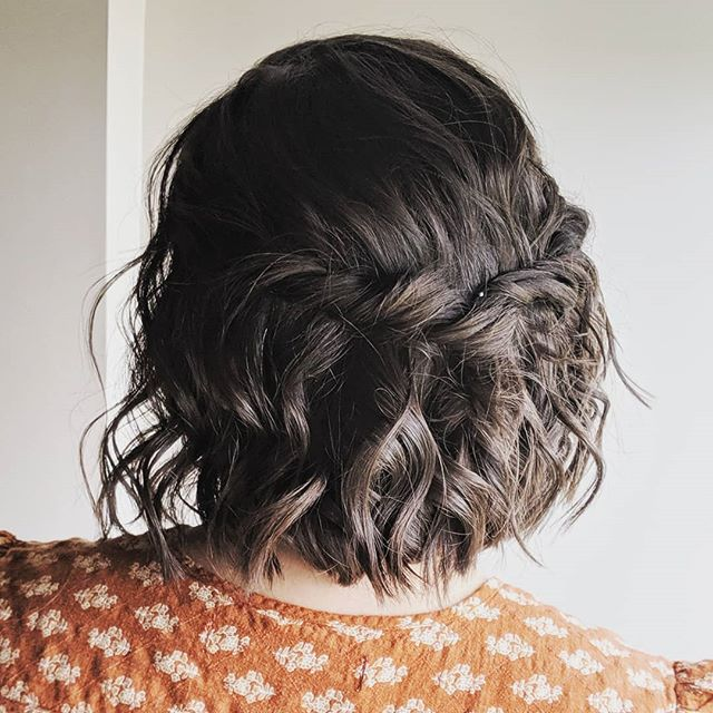 I'm all about those little details, even on shorter hair. Who's with me? 🙋🏼‍♀️ . . . #bellinghamweddings #weddinghair #bridalhair #bridesmaidhair #pnwwedding #lairmontmanor #weddinghairstyle #bridalbeauty #hairideas #vancouverhairstylist #brockhouserestaurant #vancouverwedding #updo #updoideas #seattlewedding #vancouverweddings #bellinghamwedding #bride #hairideas #halfuphalfdown #bellinghamhairstylist #seattlehairstylist #blainewedding #pointrobertswedding #semiahmoowedding