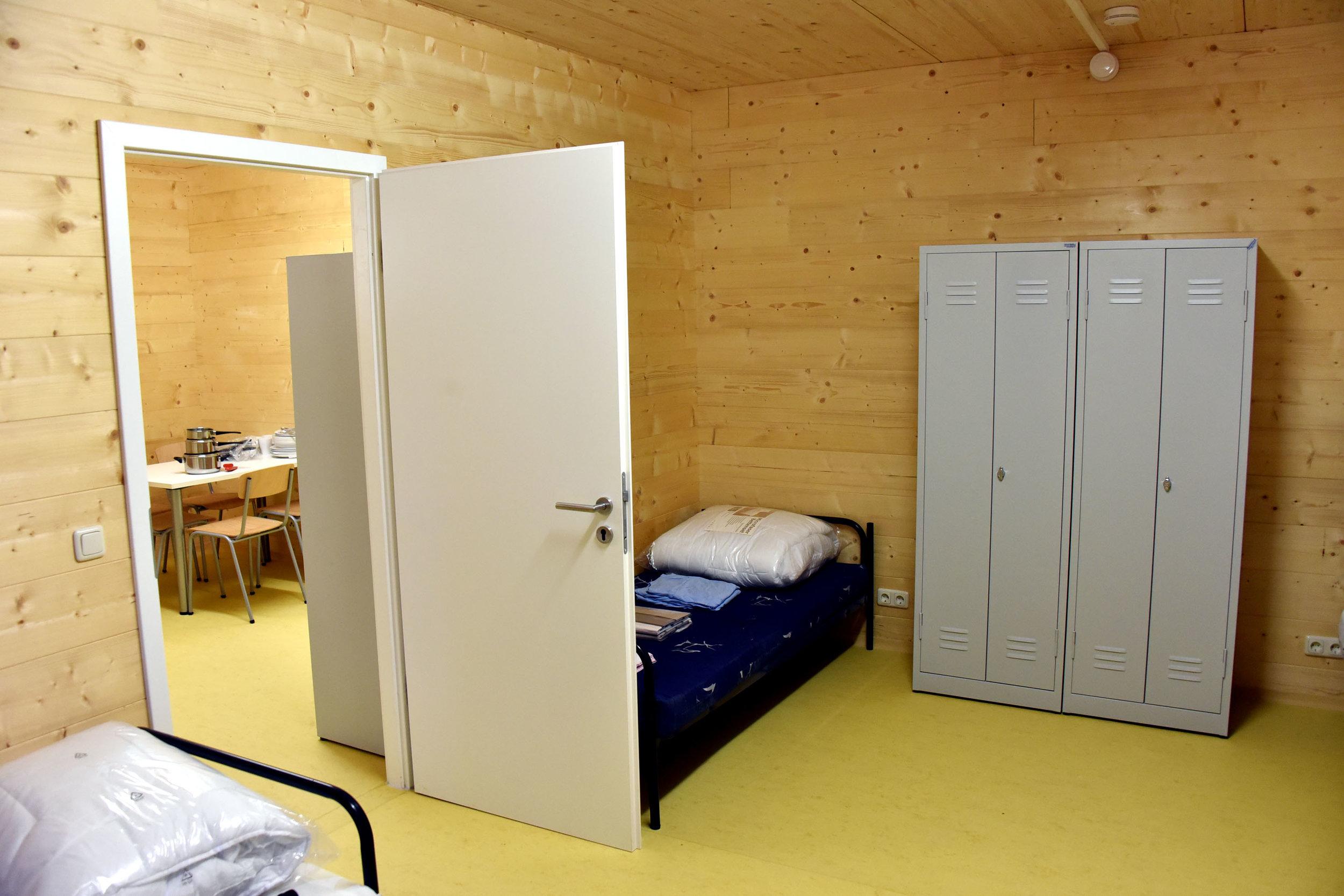 Jeweils fünf Personen wohnen zusammen in einem Zimmer. (Foto: Gerald Förtsch)