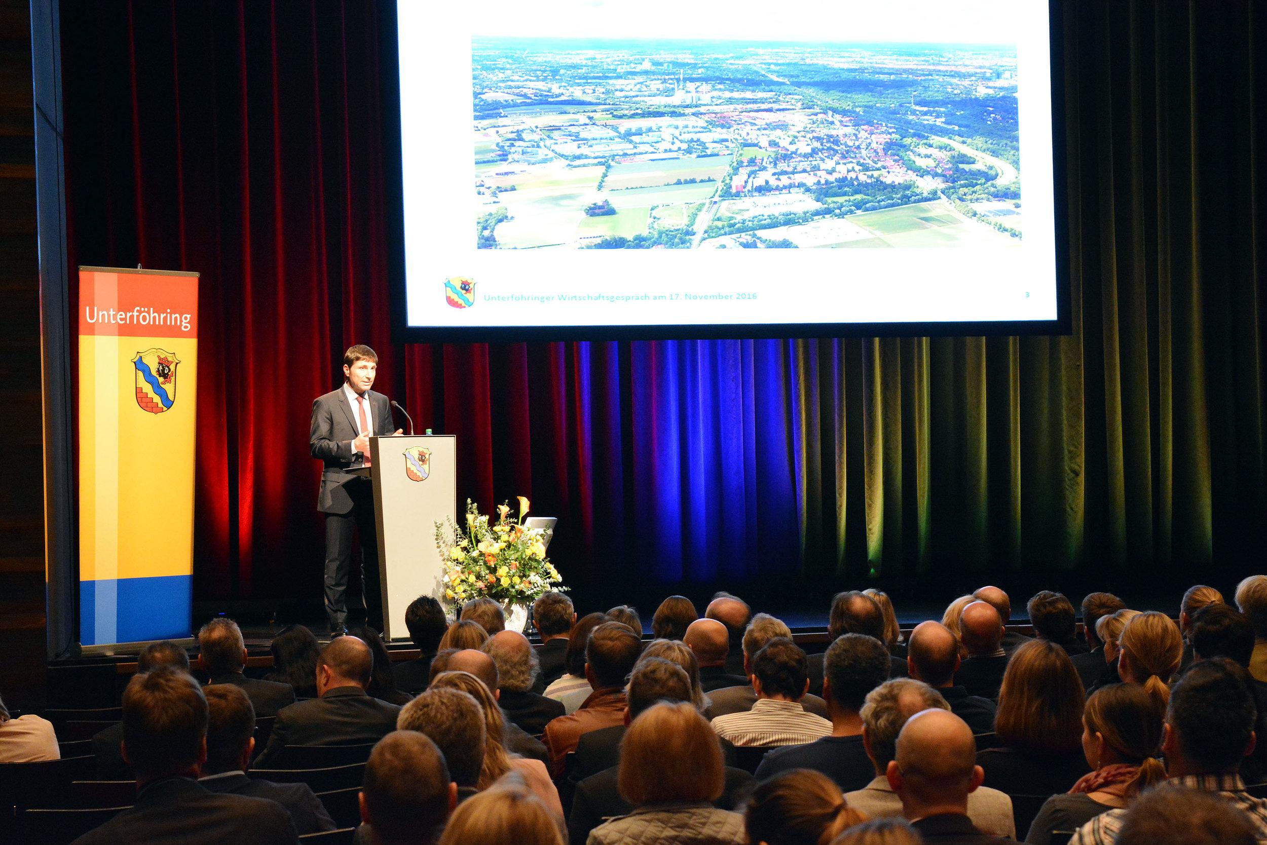 Bürgermeister Andreas Kemmelmeyer als Redner beim Wirtschaftsgespräch 2016.