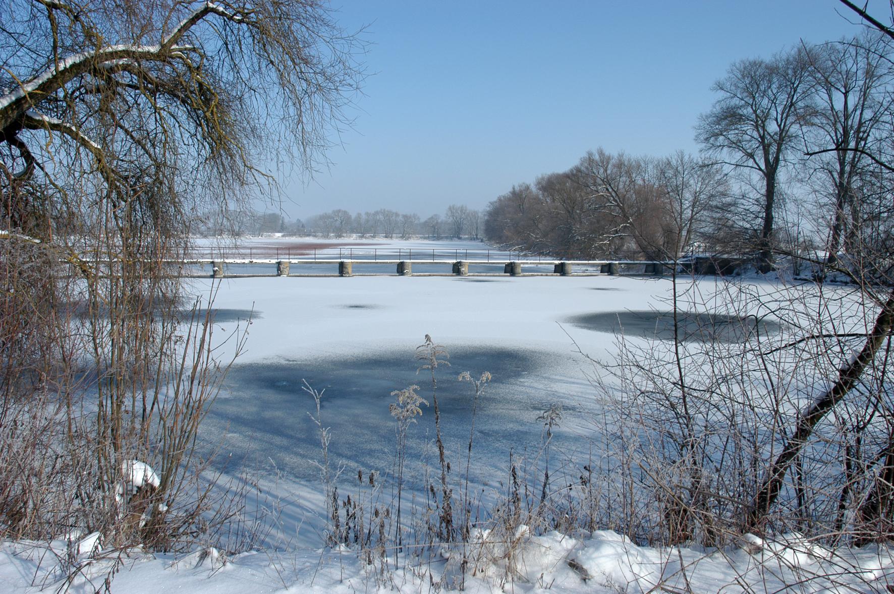 Die Eisdecke auf Seen und Weihern ist oft nicht so stabil, wie es auf den ersten Blick scheint.