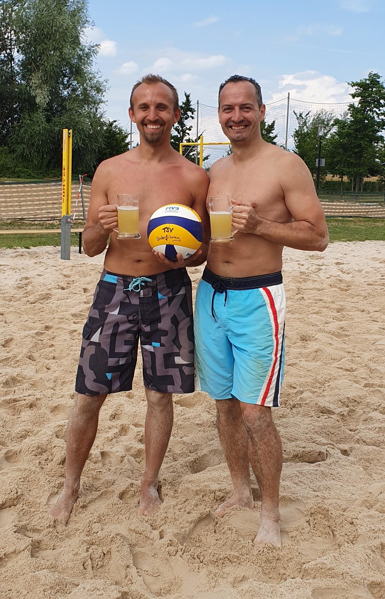 Die neuen bayrischen Meister im Beachvolleyball der Herren über 35 Jahre - Alexander Klein und René Wendler.