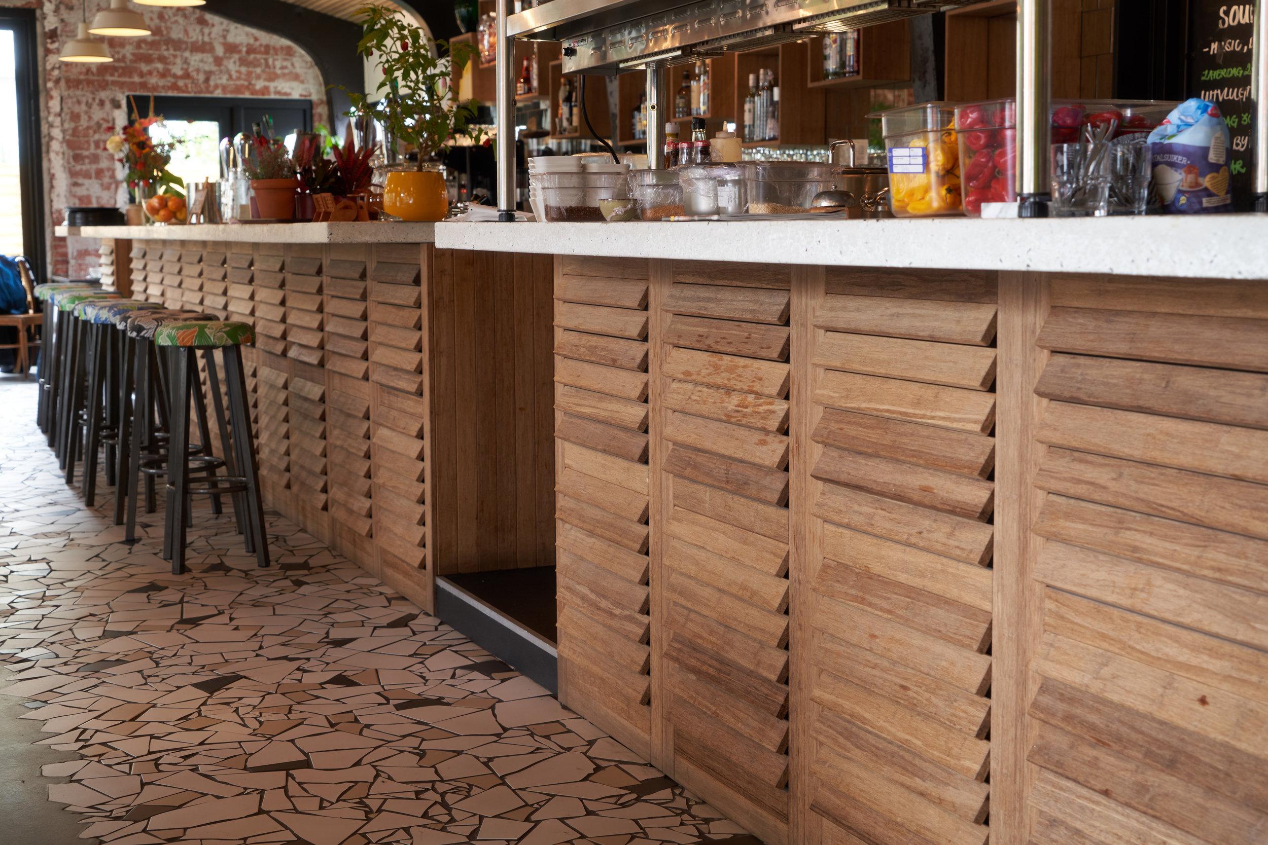 Bamboe panelen bar restaurant.jpg