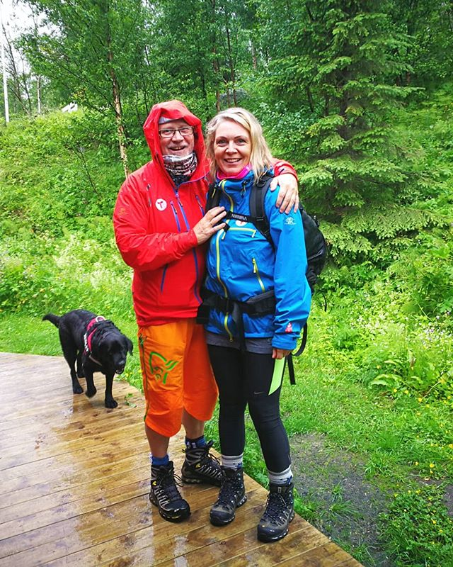 💛 These two ❤️ if I would ever call anyone trail angels, it's these two! 😇 ::: Not only did they bring my box of resupply my mother had sent to their address, they went to the shop and bought groceries for me, AND I could spent the night in Narvik Turistforenings 'Vokterboligen' for free😭💖 ::: After a 36km hike the day before and a few rough nights, I could never have had a more welcoming experience 👣 ::: #narvikogomegnturistforening #not #trailangels #pilgrimage #thruhiking #norgepålangs #NPL #crosscountry
