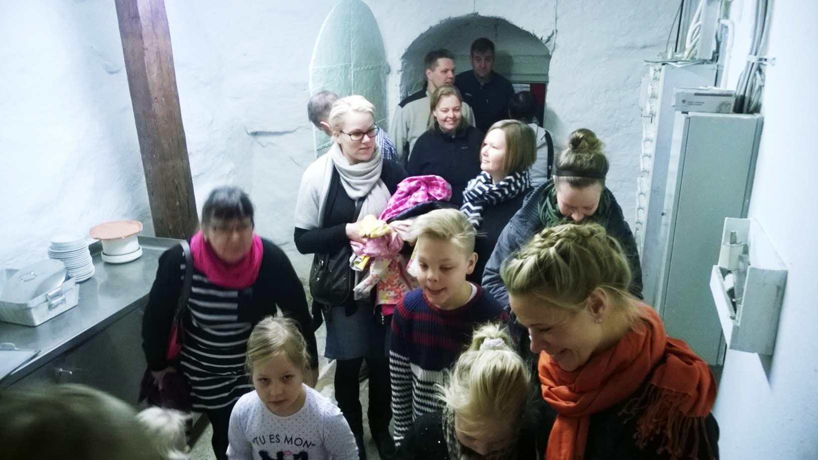 Kartanon kellari on 1500-luvulta. Ehkä hiukan pelottavakin paikka, sai lapset näkemään itsensä ritarileikeissä ja vankityrmissä.